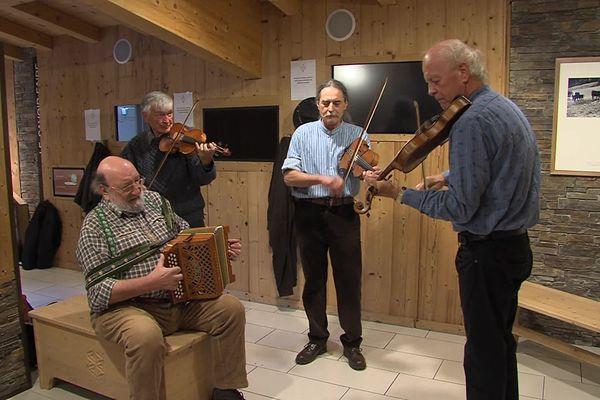 La Kinkerne (Jean-Marc Jacquier, Christian Abriel et Reynald Breithaupt, accompagnés d'Arnaud Riom) joue des airs traditionnels collectés par le groupe auprès des violoneux. Le 13 novembre 2020
