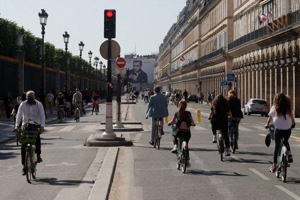Une grande piste cyclable a été créé rue de Rivoli après la période de confinement. Elle sera maintenue.