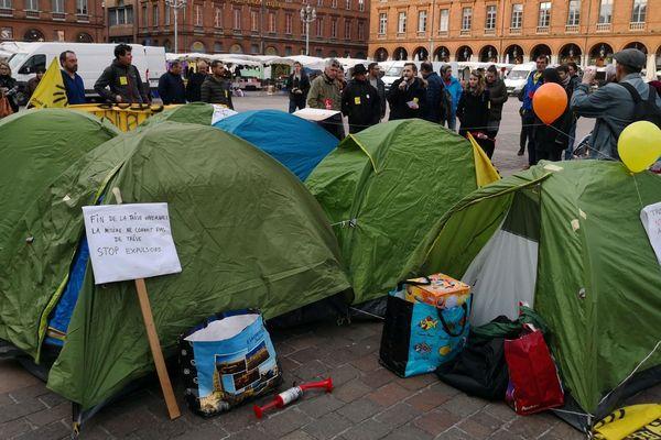 L'association Droit au Logement a installé ses tentes place du Capitole à Toulouse.