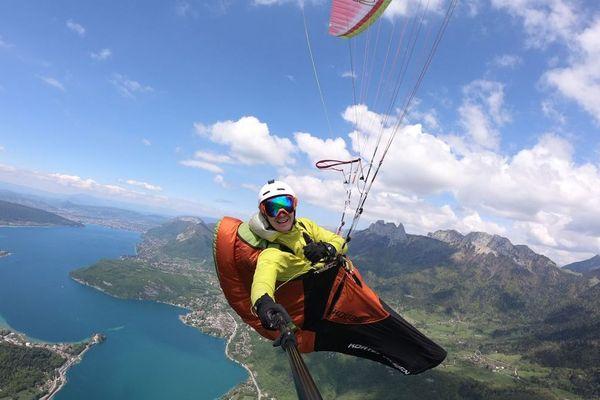 Nicolas Plain en plein vol au-dessus du lac d'Annecy en Haute-Savoie