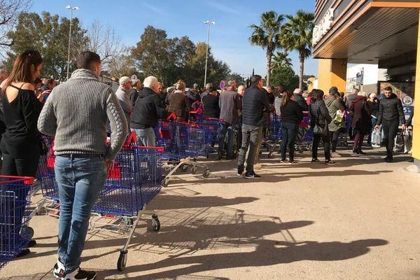 Le Carrefour d'Antibes, comme d'autres hypermarchés, limite le nombre de clients à l'intérieur du magasin.