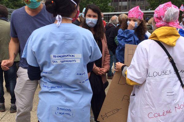 Les manifestants réclament davantage de moyens pour les hôpitaux et une augmentation des salaires