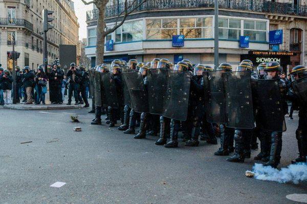 Les forces de l'ordre ont reçu quelques projectiles, à la fin du rassemblement en soutien à Théo, place de la République, le 18 février 2017.