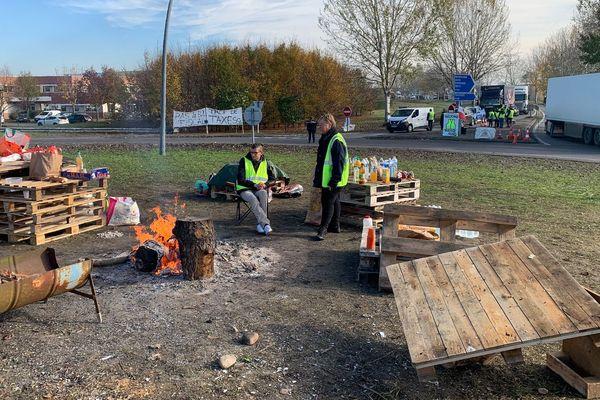 Des gilets jaunes à la sortie Eurocentre de l'A62 au nord de Toulouse