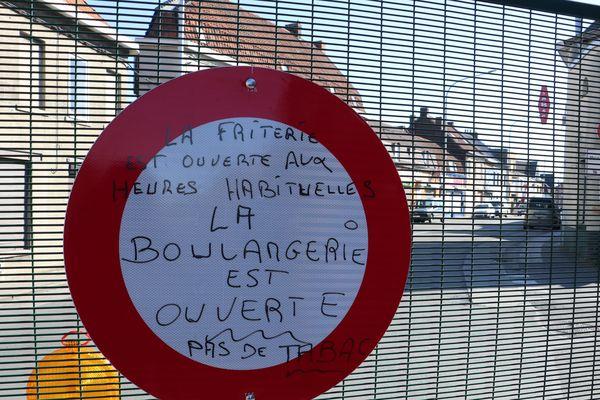 Une cliente a écrit sur les panneaux d'interdiction de passer pour signaler quels commerces étaient restés ouverts malgré la fermeture de la frontière.