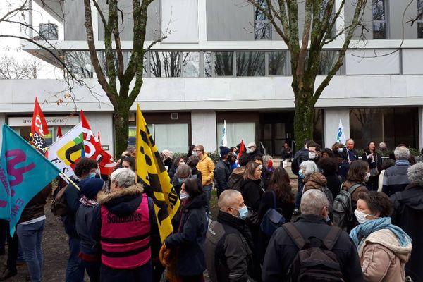 Rassemblement devant le rectorat de Bordeaux le 16 décembre après la réception des lettres de sanction pour trois enseignants du lycée Mauriac de Bordeaux.