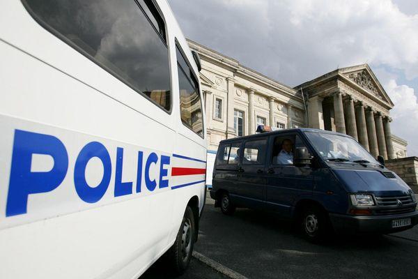 Un homme était activement recherché dans la Vienne, pour l'enlèvement et le viol dimanche d'une fillette de 9 ans, qui a été retrouvée sauve depuis. Il a été interpellé lundi à Saumur et déferré mercredi