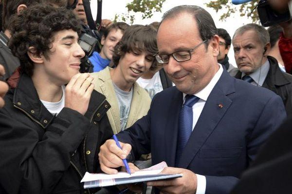 François Hollande signant le mot d'absence du lycéen charentais.