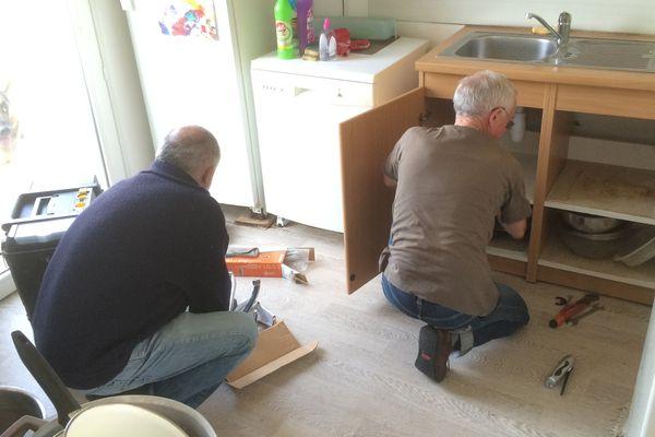 Jean-Paul et André, bénévoles d'Habitat et Humanisme interviennent dans un appartement de Commequiers (85)