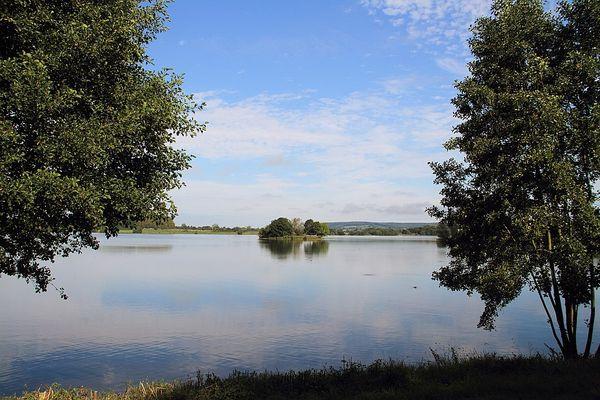 Dans le Calvados, le lac de Pont-l'Evêque bénéficiera de belles éclaircies.
