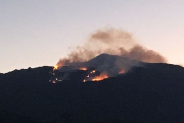 Un feu est en cours dans la commune de Pietracorbara en Haute-Corse, samedi 23 février 2019.