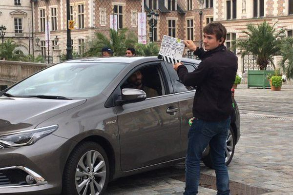 Jérémy, jeune Tourangeau, est machiniste et clapper pendant le tournage. Derrière lui, dans la voiture, David Kammenos, l'un des deux acteurs principaux.