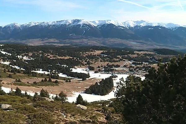 Dans les Pyrénées-Orientales, la neige se fait attendre... En Cerdagne, les dernières chutes de neige remontent à fin octobre.
