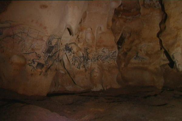 La fresque des lions dans la grotte Chauvet originale