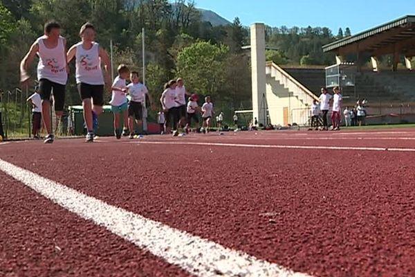 Des jeunes des clubs de Saint-Cézaire-sur-Siagne (06) (photo) et du SMUC Marseille (13) enchaînent les entraînements sur la piste du stade Jean Rolland de Digne-les-Bains pendant les 15 jours des vacances scolaires.