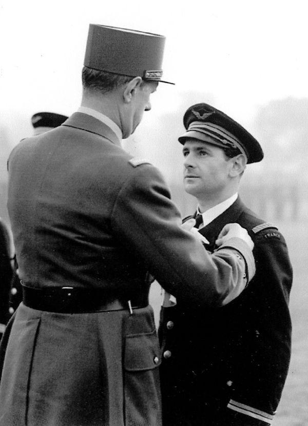 Maurice Choron décoré par le général de Gaulle de la Croix de la Libération à Odiham le 14 novembre 1941.