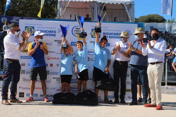 La triplette de Kaylie Demeter soulève le trophée du tournoi minimes.