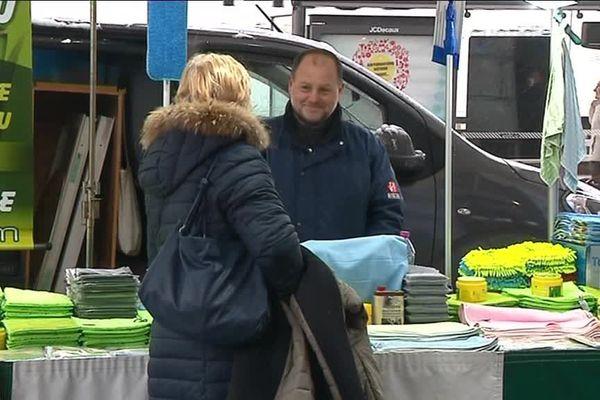 Un camelot sur le marché de Bourg-en-Bresse.