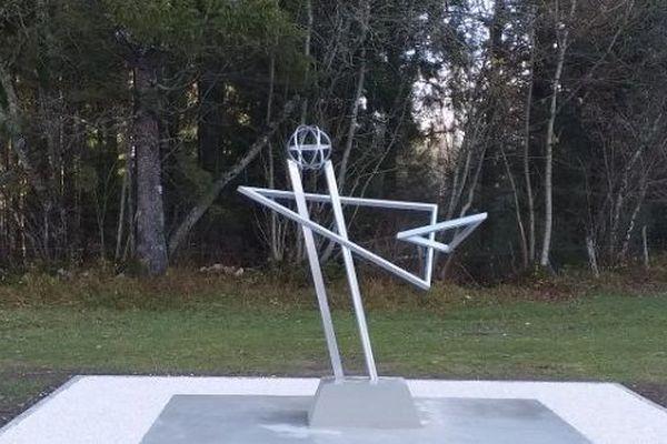 La stèle en hommage aux deux militaires tués dans le crash d'un Mirage 2000-D le 9 janvier 2019 dans le Jura