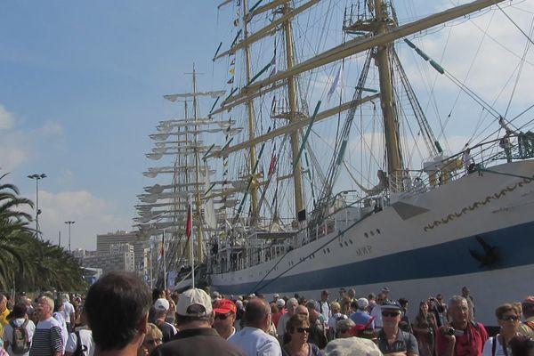 Plus de 200 000 visiteurs sont venus admirer les géants des mers cet après-midi dans la rade de Toulon.