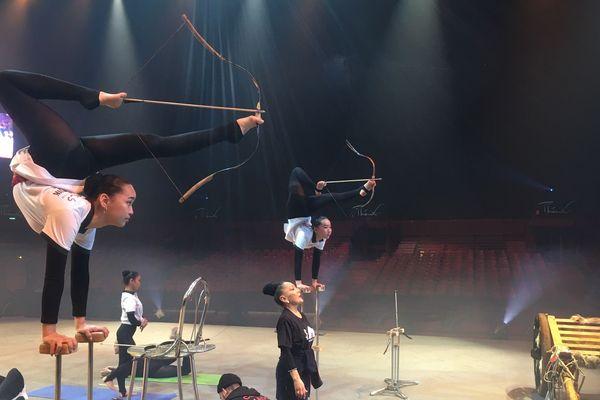 Des contorsionnistes du Cirque Phénix.