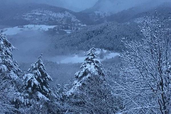 Le village de Saint-Antonin enneigé.