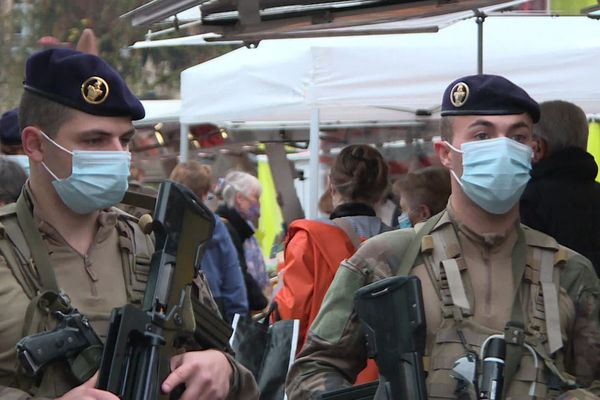 Des militaires de l'opération Sentinelle en patrouille sur le marché des Jacobins au Mans