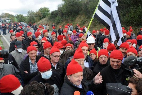 Armor lux a offert 900 bonnets rouges aux manifestants de Pont de Buis le 26 octobre