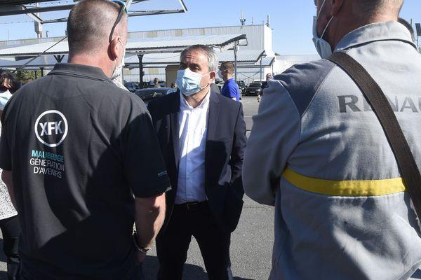 Le président de la région Hauts-de-France Xavier Bertrand, avec les salariés de Renault MCA le 30 mai à Maubeuge.