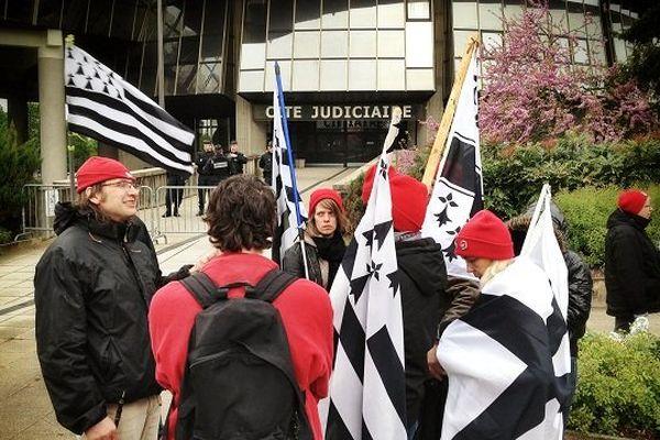 Des Bonnets rouges se sont rassemblés devant la cité judiciaire de Rennes