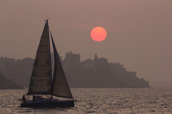 Soleil couchant dans la brume sur Dinard - Ille-et-Vilaine