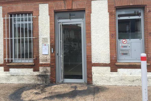 Dans la nuit du 14 avril, l'entrée de cette banque à Toulouse a été incendiée.