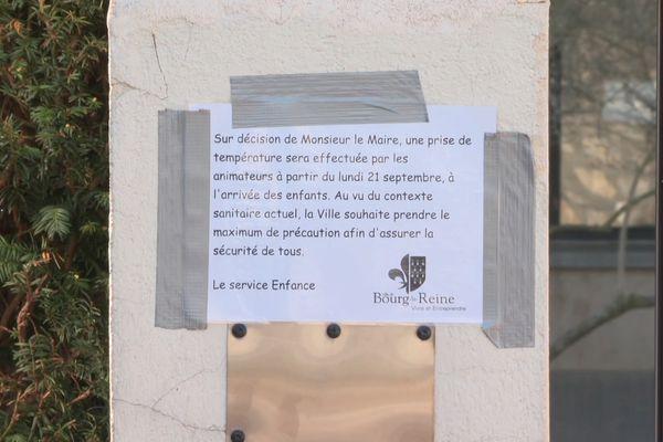 Une affiche d'information devant le groupe scolaire de la Faïencerie, à Bourg-la-Reine.