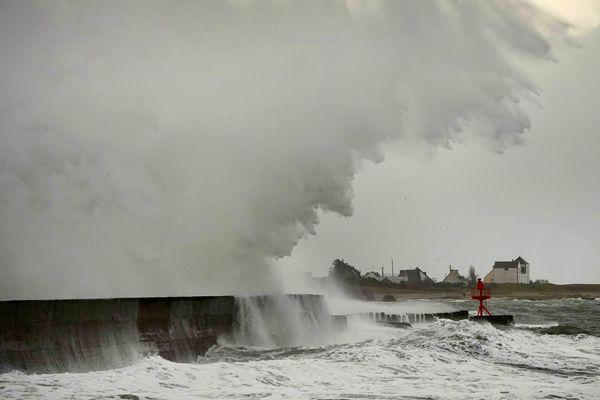 La pointe du Finistère balayée par la tempête Dennis, responsable entre autre, de coupures de courant et de perturbations sur le réseau des trains