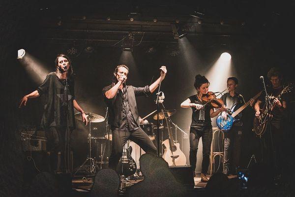 Le groupe ArCy se compose de 6 musiciens aux influences très diverses (2 voix mixtes, tendance rock avec une violoniste celtique).
