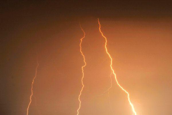 Les orages et les éclairs ont frappé la Normandie la nuit dernière.