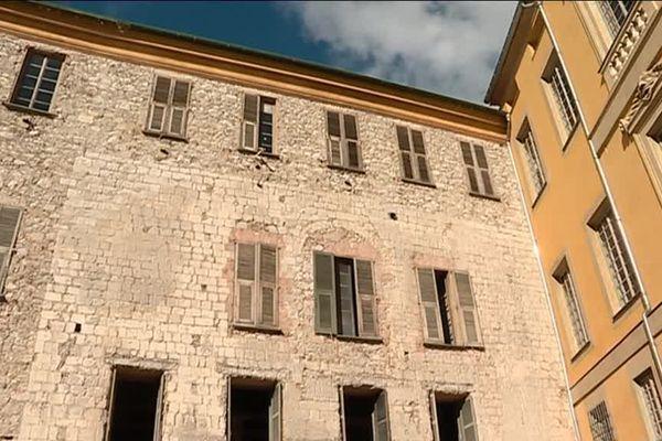 Derrière cette façade de la place Saint-François se cache un trésor de l'histoire de Nice.