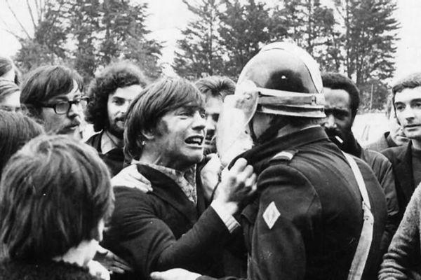 Face à Face, Guy Burniaux, ajusteur au Joint Français et son ami de lycée devenu CRS : la photo prise par Jacques Gourmelen fera le tour du monde !