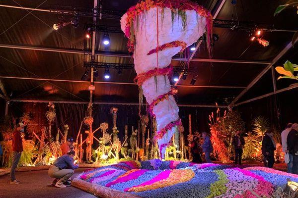 """Sous l'un des hall, une """"tornade fleurie"""", en sons et lumières, imaginée et mise en place par le service Nature et Espaces Verts de la ville de Mulhouse."""