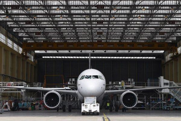 """L'A320Néo lors de son """"roll-out"""" à Toulouse"""