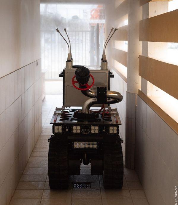 Marius, l'un des deux robots anti coronavirus des marins pompiers de Marseille, en pleine opération de désinfection.