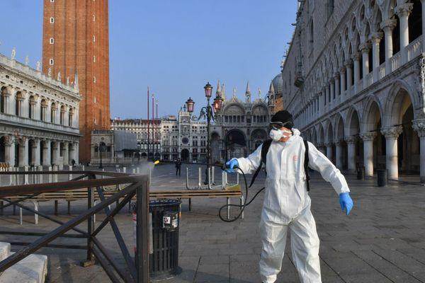 Un employé municipal désinfecte la place Saint-Marc à Venise le 11 mars