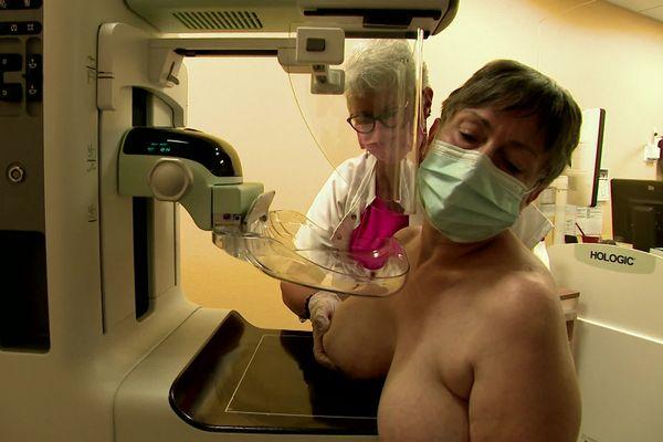 Les femmes de 50 à 74 ans sont invités à faire une mammographie pour détecter un éventuel cancer du sein.