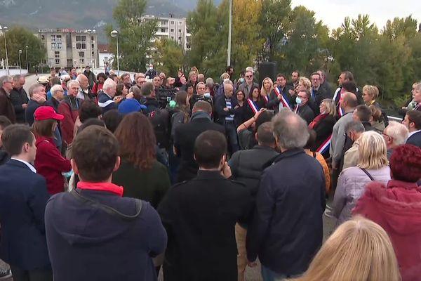 Une centaine de manifestants se sont rendus sur le pont Esclangon dont la circulation a été coupée, cet été, dans le sens Grenoble-Fontaine en raison de travaux.