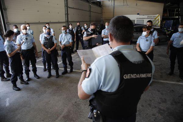 Briefing par le capitaine Picard, avant le départ pour l'étape 11 du Tour de France 2020.