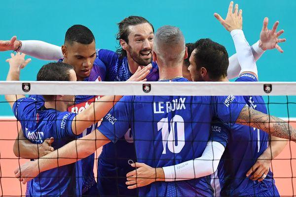 La joie des joueurs de l'équipe de France de volley après leur victoire contre la Roumanie en 3 sets, lors de leur entrée dans le championnat d'Europe, jeudi 12 septembre 2019 à l'Arena Sud de France à Montpellier.
