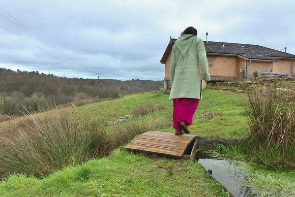 La famille Bousquet vit dans une maison en paille et terre entièrement construite de leurs mains et respectueuse de l'environnement.