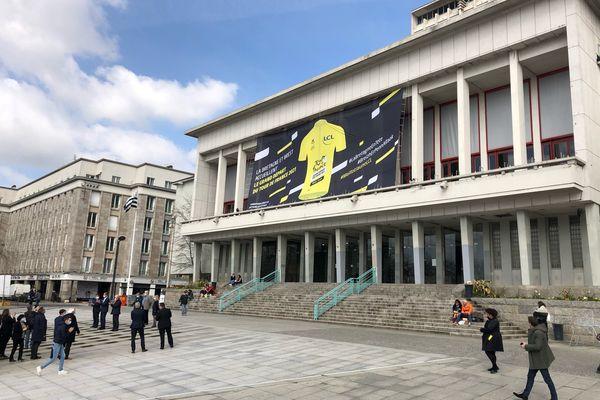 A 100 jours du Grand Départ du Tour de France, un maillot jaune a été symboliquement déroulé sur la façade de la mairie de Brest.