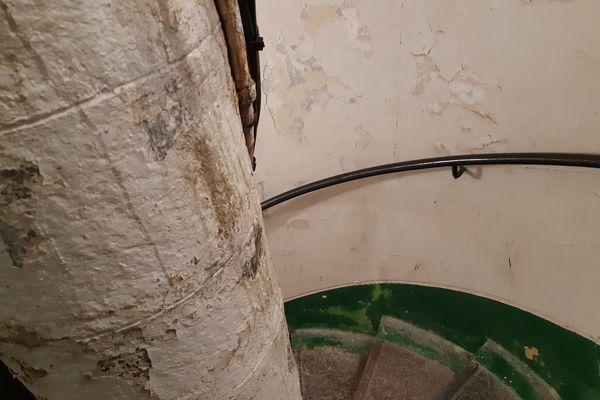 116 marches en mauvaise état de l'escalier en colimaçon pour accéder à la vigie du phare