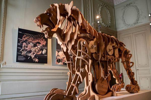 Le lion, en bois, mesure deux mètres de haut et trois mètres de long.